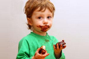 Trucos caseros para quitar manchas de chocolate. Cómo eliminar manchas de chocolate de la ropa. Tips para limpiar manchas de chocolate