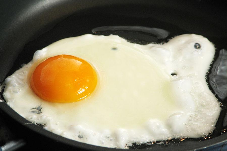 Cómo hacer para que no se Peguen los Huevos Fritos