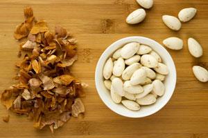 Truco para pelar nueces o almendras fácil y rápido. Método simple para pelar frutos secos.