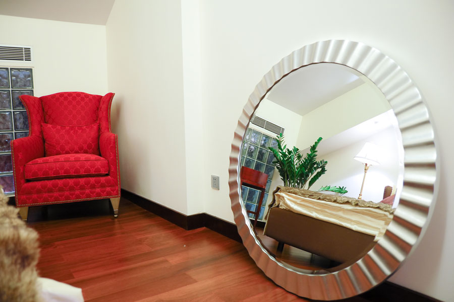 C mo decorar el marco de un espejo for Espejos de pared con marco