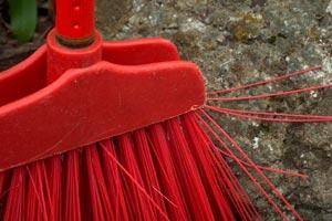 Cómo limpiar escobas y escobillones