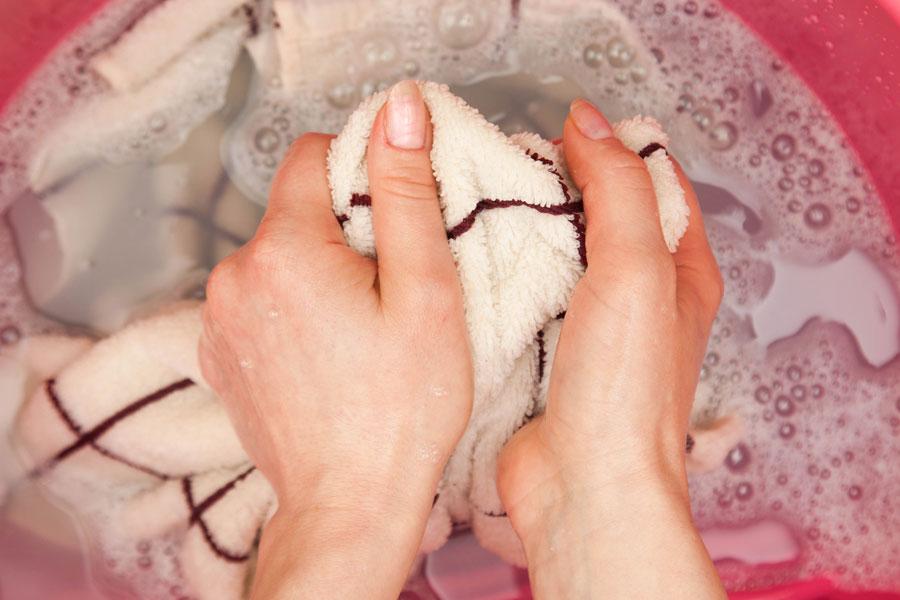 Métodos para quitar las manchas de barniz. Cómo eliminar manchas de barniz en la ropa
