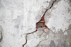 Pasos para reparar la grieta de una pared. Procedimiento para reparar una pared con grietas. Cómo arreglar una grieta en la pared