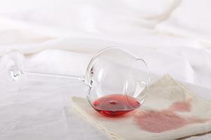 Cómo eliminar las manchas de vino