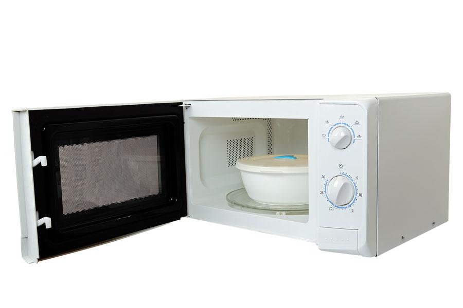 Qué bandejas y fuentes son apropiadas para el microondas?