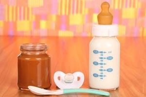 Cómo tener lo necesario para alimentar a un bebé