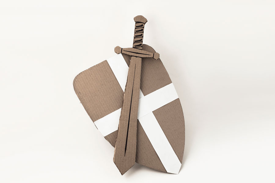 Cómo hacer una espada de cartón