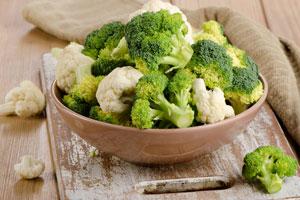 Cómo preparar ensalada de brócoli y coliflor con queso de cabra