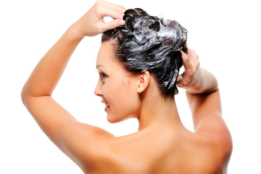 Cómo hacer un baño de crema casero y natural para cuidar el cabello