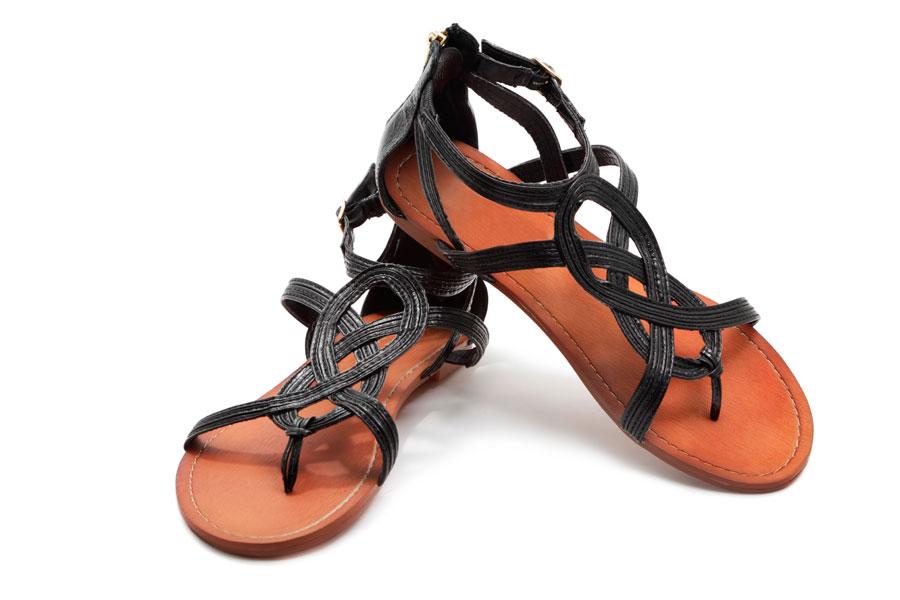 Cómo convertir tus sandalias en un calzado elegante