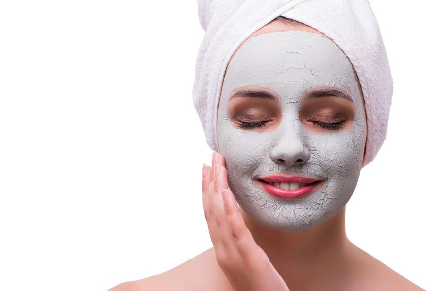 El acné sobre la frente y las mejillas