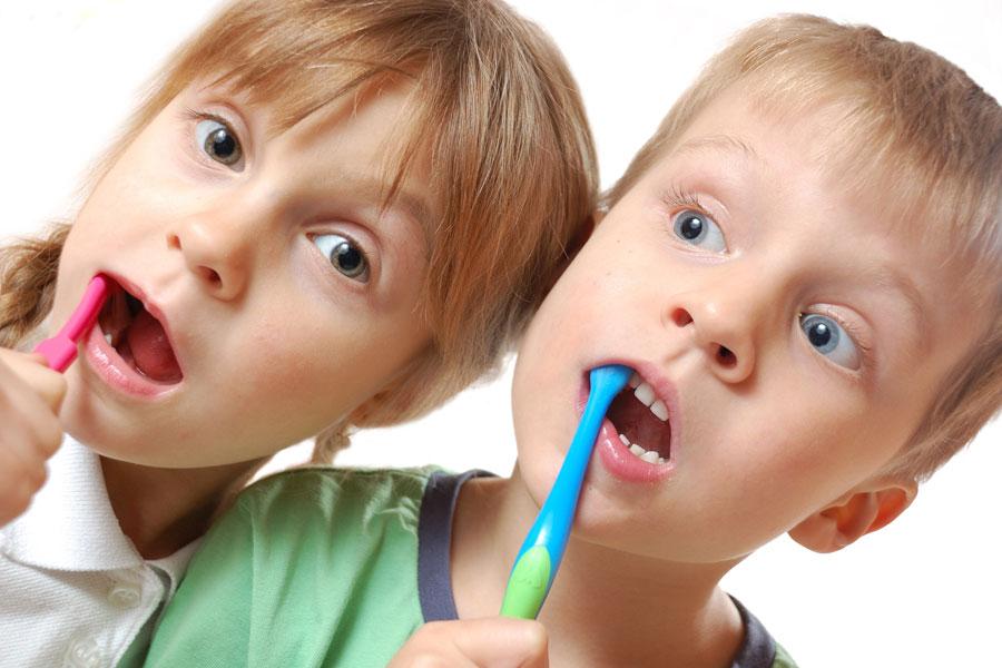 Cómo cepillar los dientes de los niños