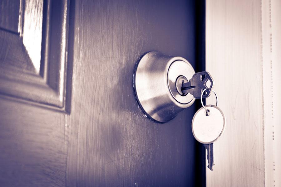 Cómo abrir una cerradura cuando se pasa de vuelta
