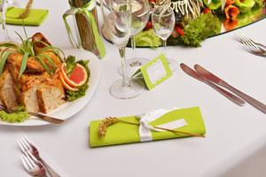 Cómo hacer marcadores de sitio o tarjetas de bienvenida para la mesa