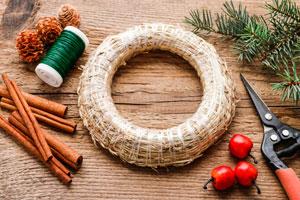Aprende cómo hacer una rosca Navideña para decorar la puerta. Simples ideas para hacer rostas navideñas