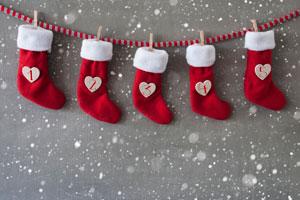 Las botas para colgar son un clasico en la decoración navideña. Veamos paso a paso cómo crear botas navideñas para colgar en la decoración del hogar