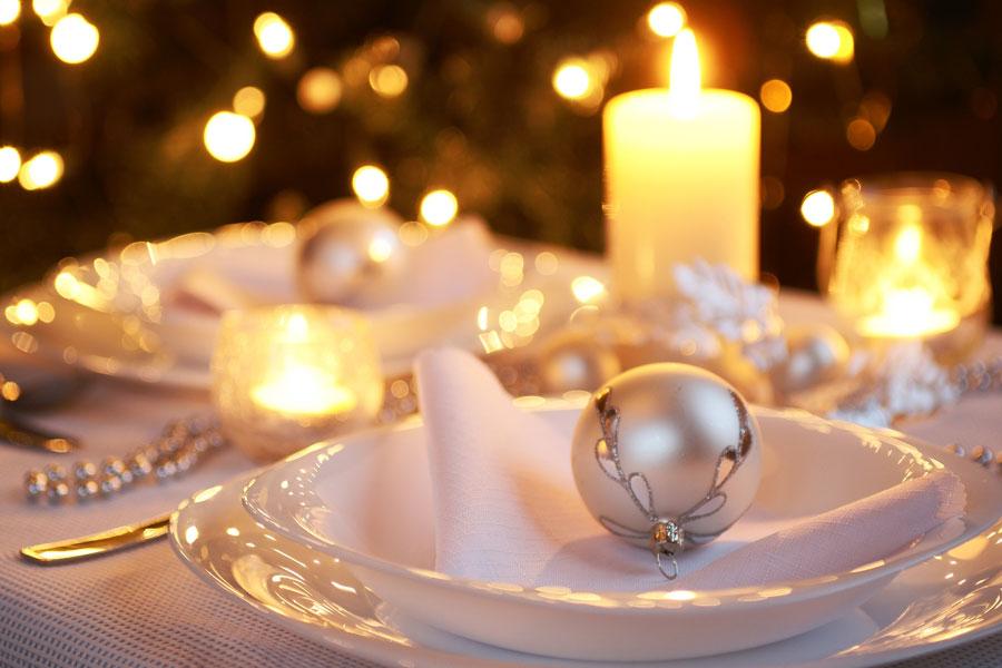 Ideas para decorar una mesa en plateado y blanco. Cómo decorar una mesa en blanco y plateado