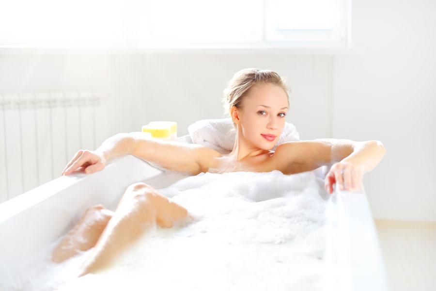 Cómo hacer un Baño de Inmersión. Disfrutar un baño de inmersión caliente es muy relajante.