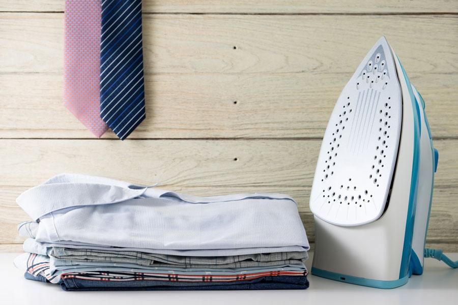 Trucos para limpiar la Plancha y evitar que manche la Ropa. Tres métodos para limpiar la suela de la Plancha rápidamente.