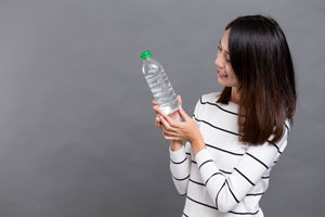 Cómo calentar agua en una botella de plástico