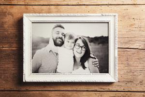 Cómo enmarcar fotos en blanco y negro con estilo rústico