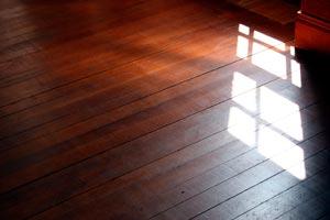Cómo revitalizar los pisos de madera en el otoño