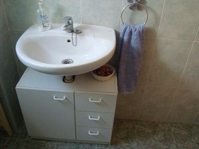 C mo crear espacios de guarda en el ba o - Mueble lavabo pie ...