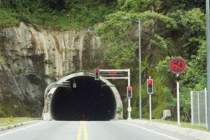 Consejos para conducir por un túnel. Tips para conducir por un túnel de forma segura. Cómo transitar con el coche por un túnel