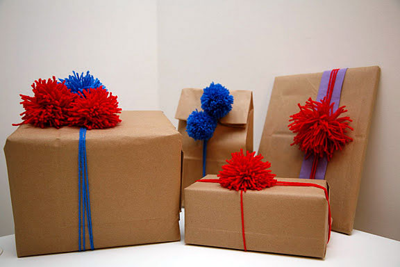 C mo decorar los regalos con pompones for Todo ideas originales para decorar
