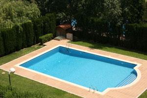 Instalar u piscina de fibra de vidrio o una piscina de material. Características de las piscinas de fibra y las piscinas de material