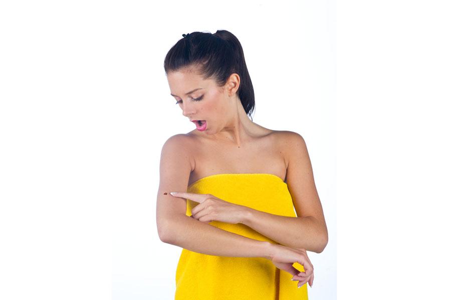 Cómo hacer un autoexamen para buscar melanomas