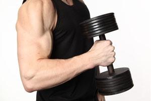 Cómo ejercitar bíceps y tríceps con mancuernas