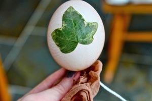 Una técnica original para teñir huevos