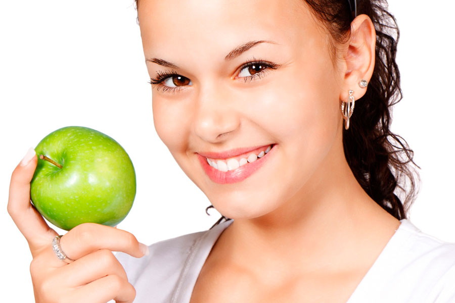 Alimentos que te ayudarán a blanquear los dientes. Alimentos para blanquear los dientes. Trucos y consejos para blanquear los dientes.