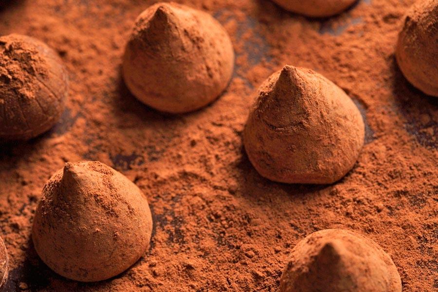 Ingredientes y preparación para hacer trufas de chocolate y vino tinto. Receta de trufas de chocolate con vino tinto.