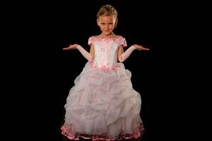 Cómo vestir a una niña para una fiesta formal
