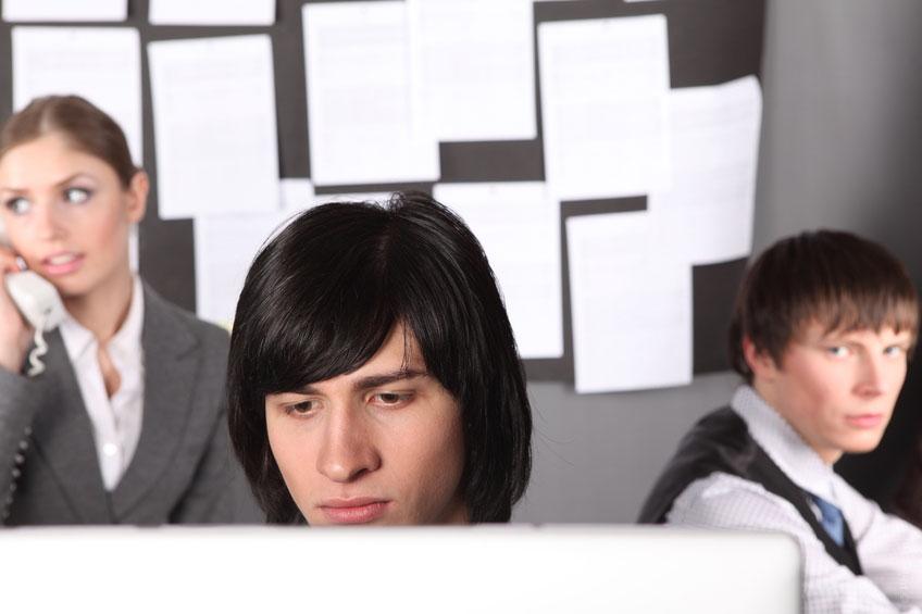 La envidia laboral es un problema frecuente. Descubre cómo enfrentar a un compañero envidioso