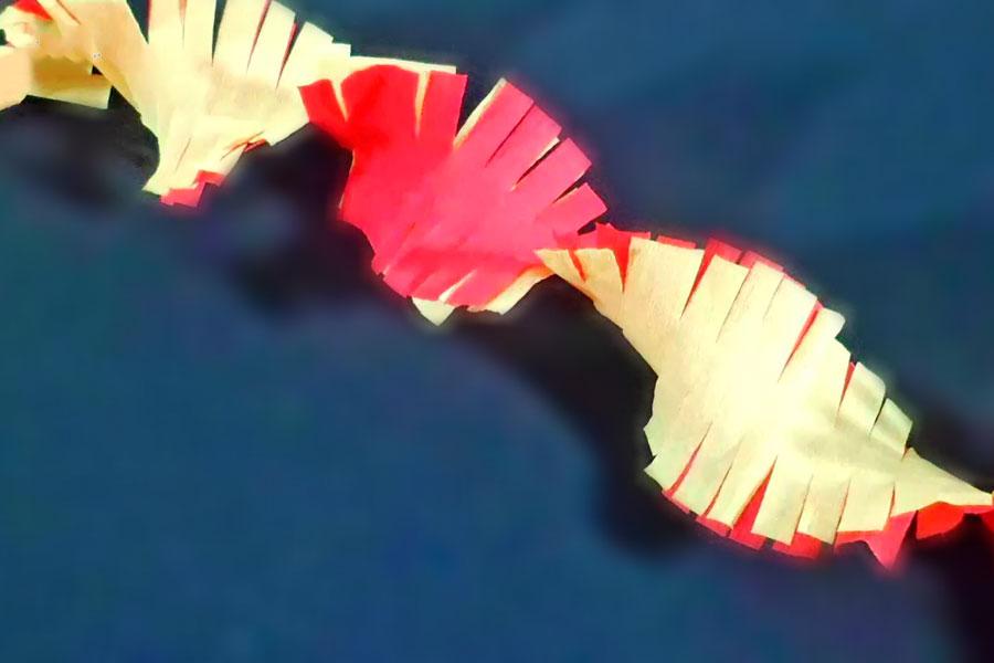 Guirnaldas de papel enroscadas con flecos. Como crear guirnaldas de papel. Guirnaldas de papel con flecos de dos colores. Guirnaldas con papel crepe