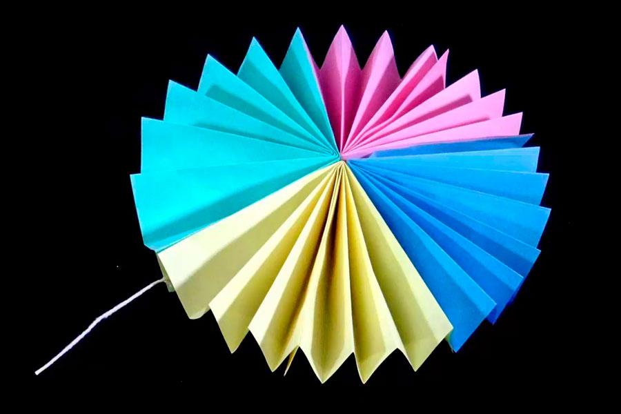 Guia para hacer guirnaldas de papel con forma de flor. Con 4 hojas de papel puedes hacer una guirnalda para decorar cumpleaños