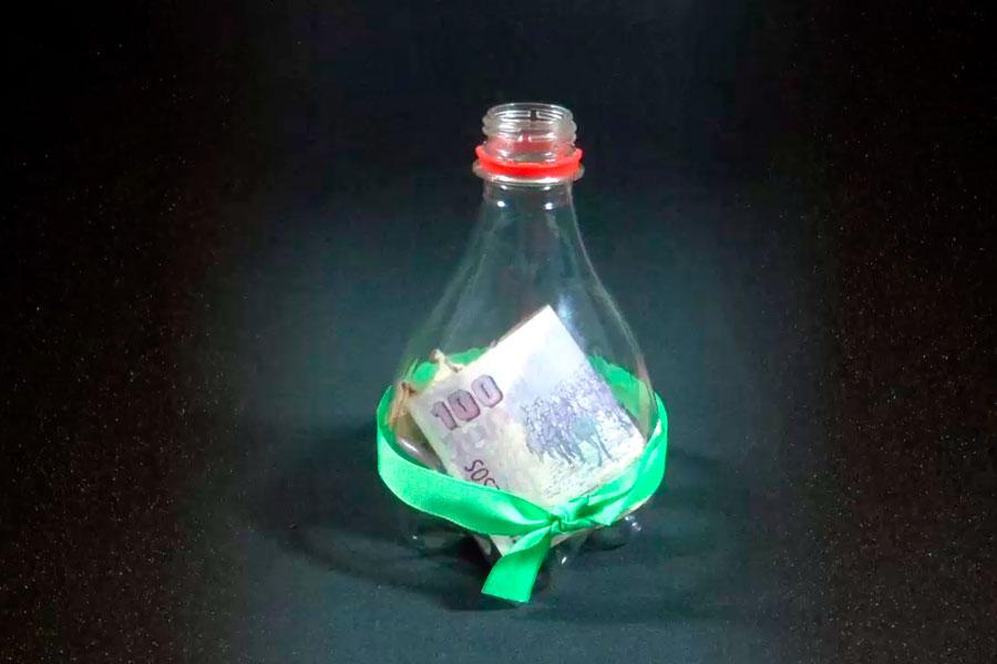 Pasos para crear un alcancía con una botella de plástico. Manualidad con una botella plástica. Alcancia de plástico