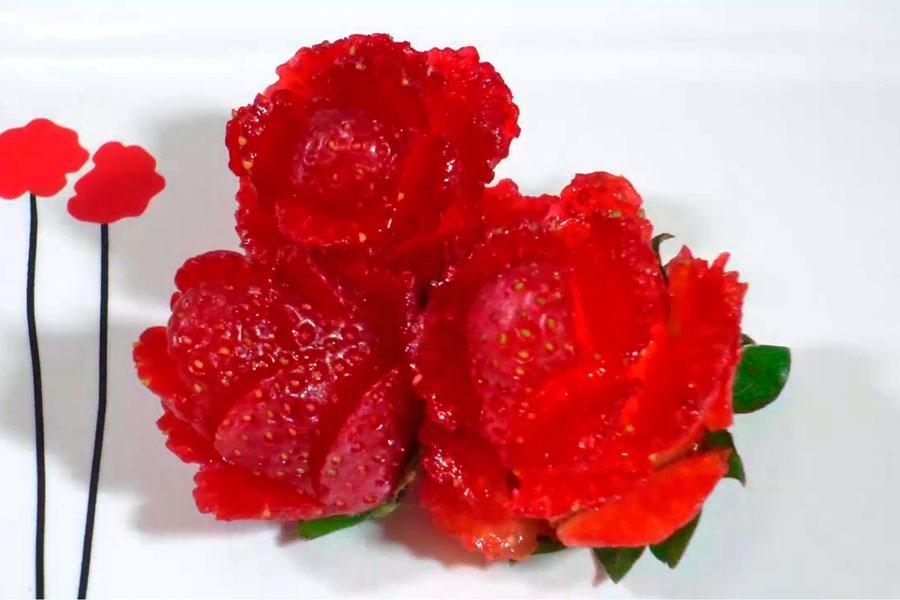 Como decorar platos con frutillas en forma de flor. Cómo hacer frutillas con forma de flor para decorar. Idea para hacer frutillas decorativas