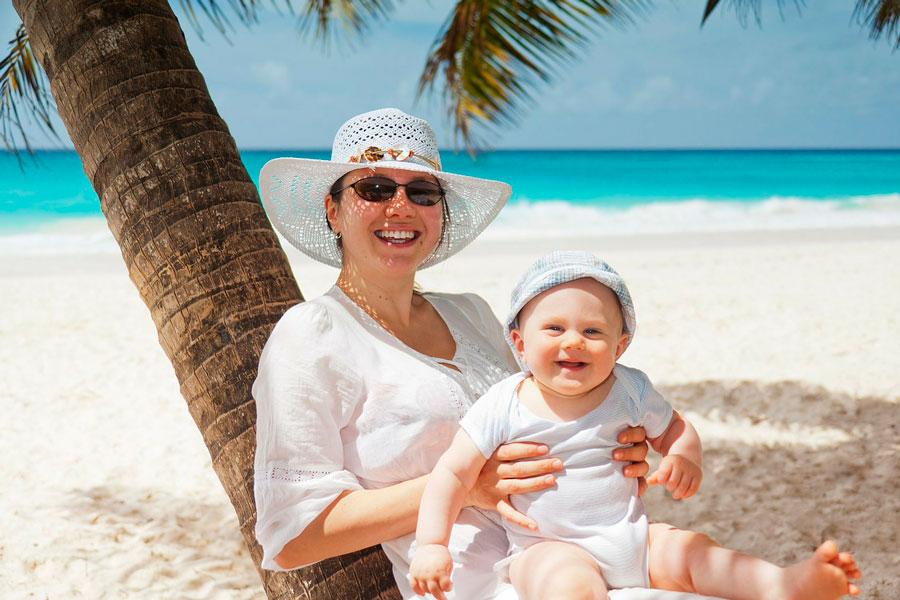 Guía para ir de vacaciones con tu bebé. Cómo organizar unas vacaciones con un bebé. Tips para ir de viaje con tu bebé