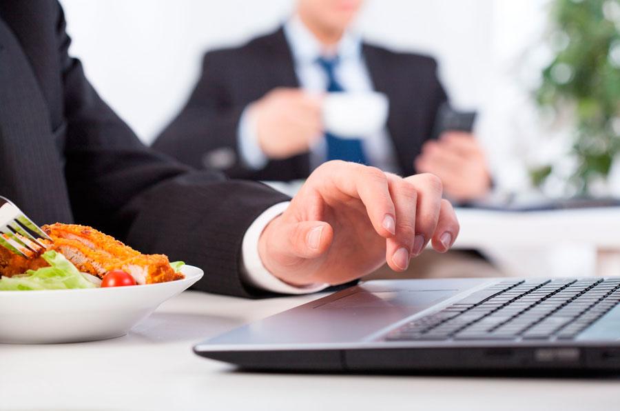 Claves para una comida sana en el trabajo. Consejos prácticos para comer sano en la oficina. Cómo mejorar la alimentación en el trabajo