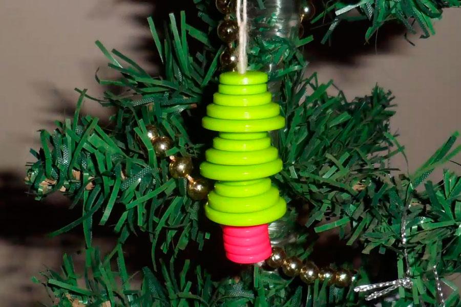Adornos con botones para el árbol de Navidad. Cómo hacer adornos para el pinito. Manualidades para decorar el árbol navideño