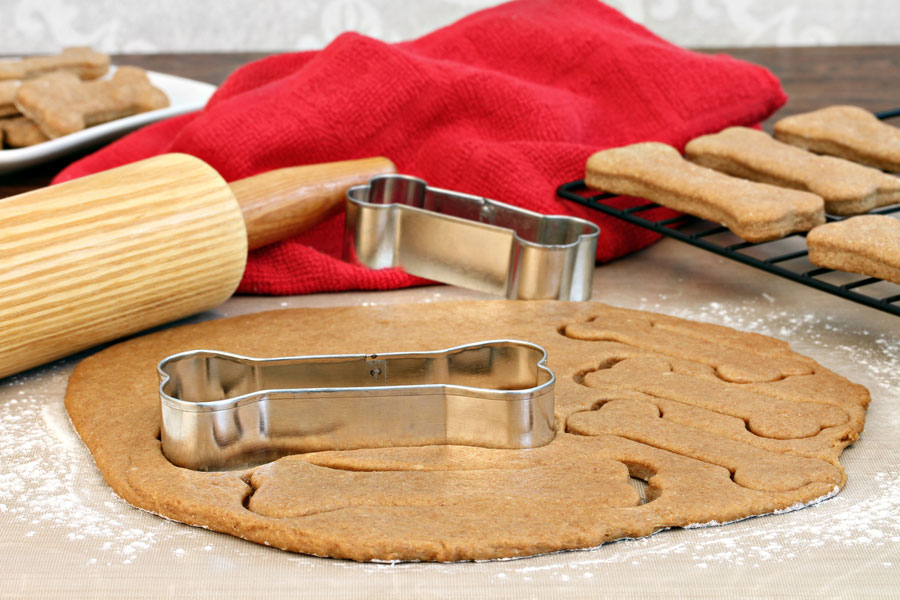 Recetas caseras para hacer galletas para perros y gatos. Cómo preparar galletas para perros. Ingredientes para hacer galletas para gatos.