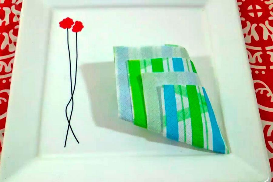 Pasos para doblar una servilleta y darle forma de piña. Cómo presentar las servilletas con formas. Servilletas dobladas para decorar la mesa