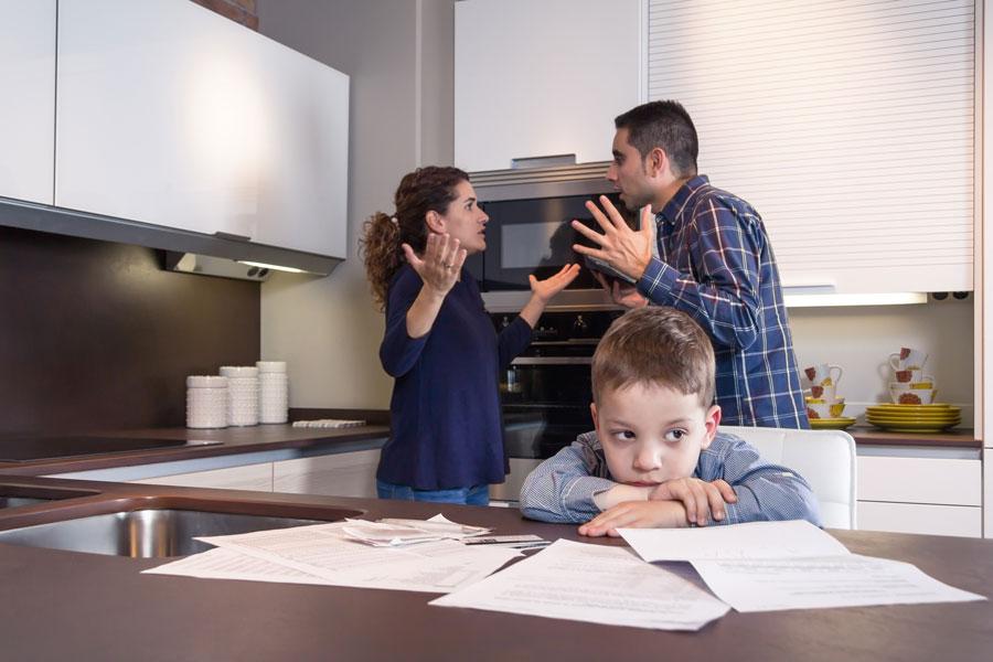 Por qué es importante no discutir frente a los niños. Consejos para evitar discusiones frente a los hijos. Evitar discutir frente a los niños