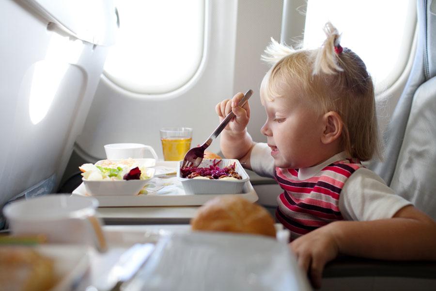 Consejos para viajar en avión con bebés. Qué necesitas para viajar en avión con un bebe? Requisitos para viajar en avion con bebes.