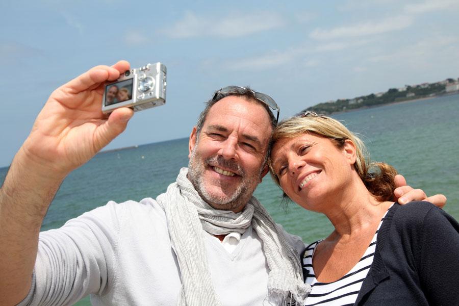 Claves para lucir mejor en las fotos. Cómo salir bien en las fotografías. Qué postura tomar para salir mejor en las fotos.