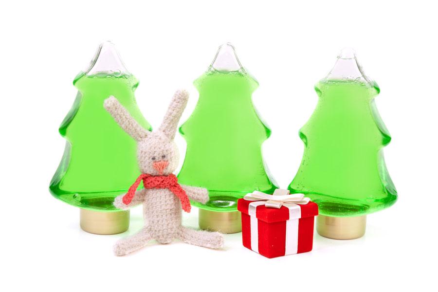 Cómo crear adornos de Navidad con botellitas. Ideas para hacer ornamentos navideños con botellas plásticas. Adornos caseros para el árbol de Navidad